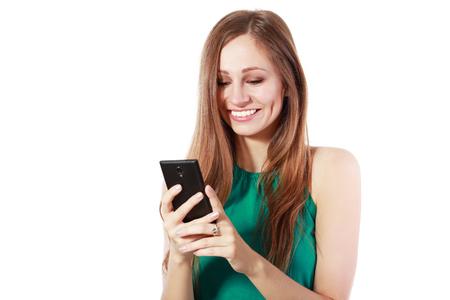 Beauty glimlachende vrouw met behulp van en het lezen van een vrouw met behulp van geïsoleerd op een witte achtergrond