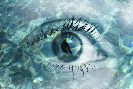 물의 사진과 함께 매크로 눈의 더블 노출 초상화. 창의력을 발휘하십시오!