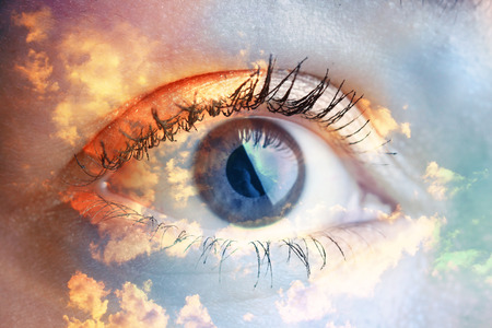 Dubbel blootstellingsportret van macrooog gecombineerd met foto van hemel en wolken. Wees creatief! Stockfoto