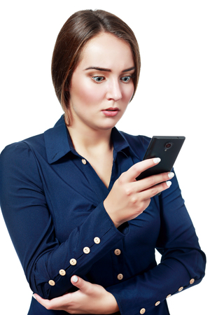 persona escribiendo: SMS. Funny empresaria joven leyendo el mensaje de texto mala noticia. Hermosa mujer caucásica joven aislado en el fondo blanco, sosteniendo su teléfono inteligente