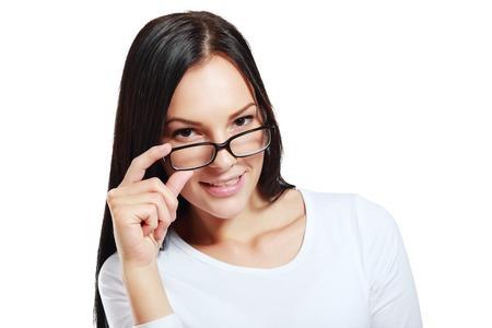 vasos: Gafas de diseño mujer feliz celebración que muestra sus nuevas gafas sonriendo sobre fondo blanco. Modelo hermoso joven multiétnica china asiática  caucásica mujer de unos veinte años. Foto de archivo