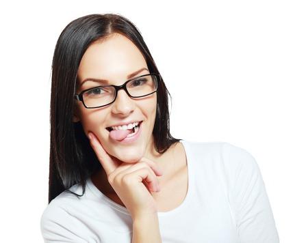 falta de respeto: Cerca mujer sacando la lengua, aislado en blanco. Chica divertida