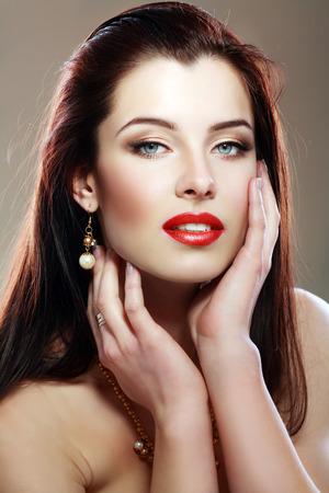 cabello negro: Mujer hermosa con pelos largos rectos marrones