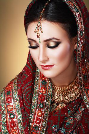 Belleza de la cara de la India de cerca hermosos ojos con maquillaje perfecto hasta la boda
