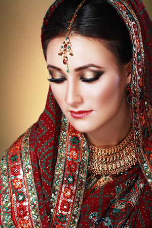 fille indienne: Face beauté indienne close up beaux yeux avec maquillage mariage parfait