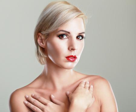 cabello corto: hermosa mujer rubia con corte de pelo corto de imagen de moda sencillamente perfecta piel tonificada con Foto de archivo