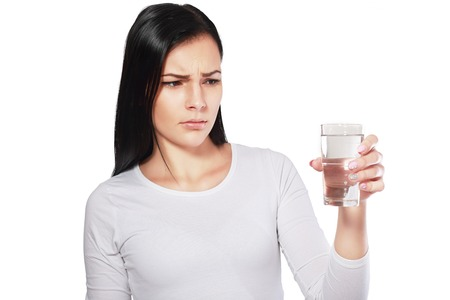 agua: aguas peligrosas mujer asi�tica joven que mira el agua que parece infeliz o disgustado