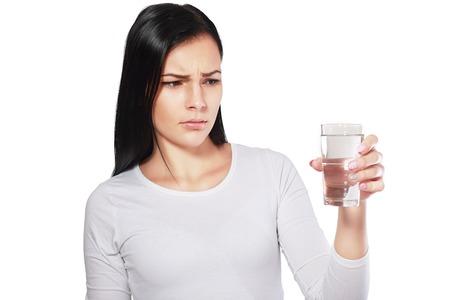 niebezpieczne wody młoda kobieta azjatyckich patrząc na wodzie patrząc niezadowolony lub zdegustowany