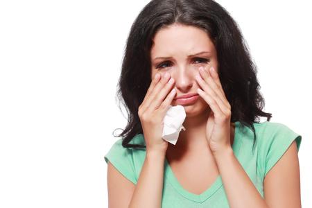 occhi tristi: donna infelice piangere isloated su bianco