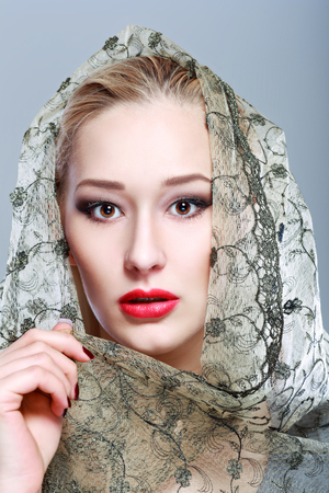 sexy secretary: Sexy joven mujer bonita  modelo  niña  estudiante  negocios  secretaria con labios rojos, vintage retro  bufanda  labios  seductora - primer