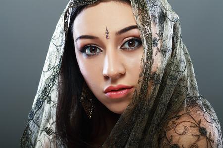 femme brune sexy: Face beaut� indienne close up parfait maquillage. S�rie. belle jeune brunette en robe nationale traditionnelle