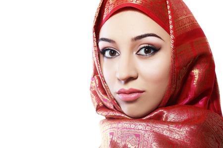 Fashion portret van jonge mooie moslim vrouw met zwarte sjaal op een witte achtergrond