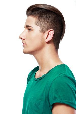 beau jeune homme: Vue de côté d'un jeune homme portrait visage beau isolé sur un fond blanc