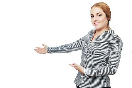 invitando: mujer de negocios joven sonriente de la pizca de los brazos de invitación abierta y mostrar copyspace.