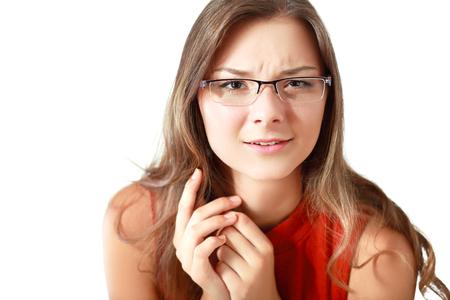 desconfianza: mujer joven escéptica levantar la ceja y mirando a la cámara con una mirada de incredulidad y la incredulidad