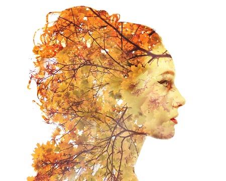 트리의 사진과 결합하는 매력적인 숙 녀의 더블 노출 초상화. 창의력을 발휘하십시오! 가을은 계절 개념을 남긴다.