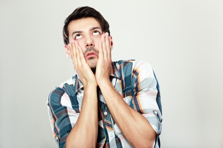 男の手で顔に触れて顔手のひらを示す彼の目を圧延