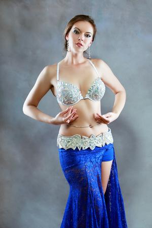 Hermosa bailarina oriental mujer en traje negro Foto de archivo