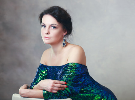 schöne reife frau schönheit porträt blaue ohrringe