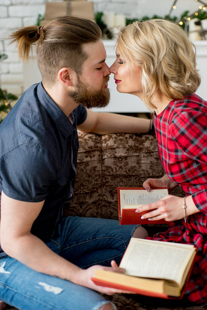 enamorados besandose: Happy couple of lovers kissing