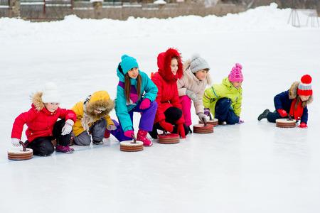 컬링을하는 어린 소녀들 스톡 콘텐츠