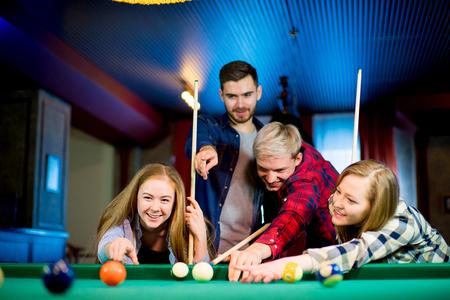 socializando: Amigos jugando al billar
