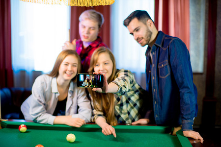friends playing billiard selfie Banque d'images