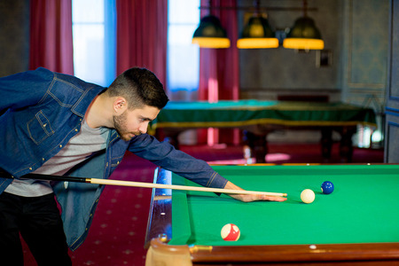 man playing billiard Фото со стока