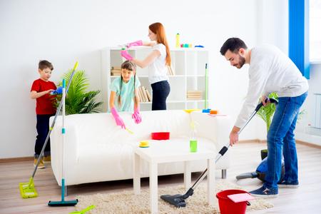 Familie schoonmaak huis
