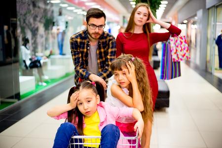 compras compulsivas: Familia cansada con las compras Foto de archivo