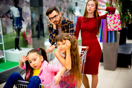 compras compulsivas: Family tired with shopping