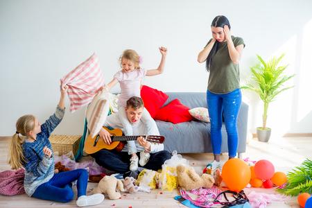 子供たちが家庭で混乱を作成 写真素材