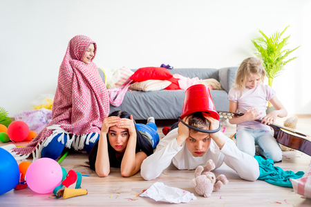 피곤한 부모와 장난 꾸러기 아이