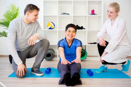 Physiotherapist helping a senior patient Standard-Bild