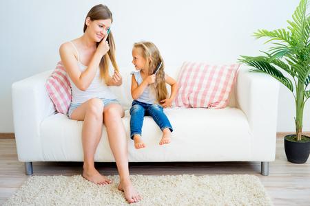 Moeder en dochter die voor haar zorgen Stockfoto