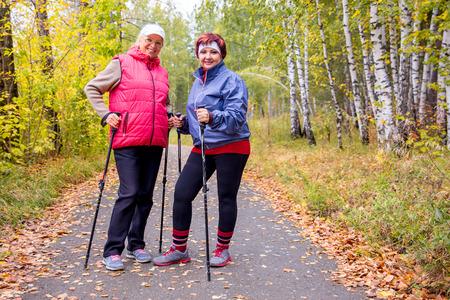 Seniores senhoras nórdicas andando Foto de archivo - 91182951