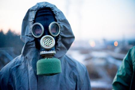 Les gens dans les masques à gaz