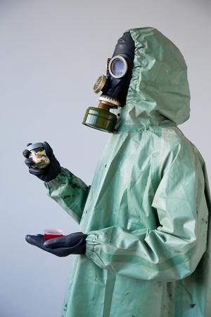 Gente en máscaras de gas Foto de archivo - 93319998