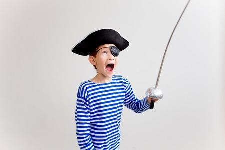 Jongen in een piraat kostuum