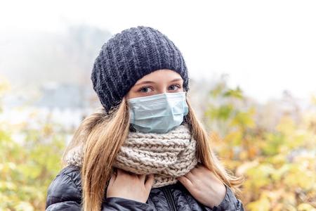Erkältung und Grippe. Frau mit medizinischer Gesichtsmaske