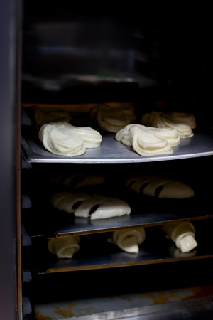 different kinds of pastry are being cooked Banque d'images - 112662564