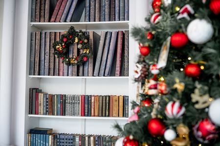 Christmas living room with a christmas tree and presents under it 版權商用圖片