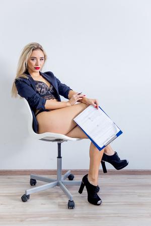 eine Geschäftsfrau oder eine Sekretärin in Jacke und Dessous Standard-Bild