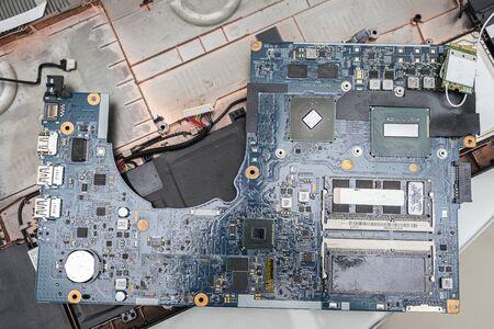 gros plan d'ordinateur portable poussiéreux démonté. Réparation d'ordinateur