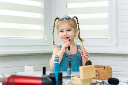 girl 4 years old funny makes makeup mom's makeup.