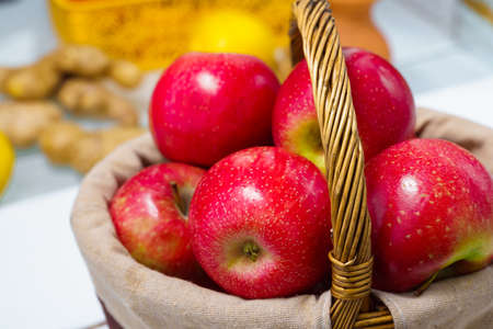 beautiful red apples in a basket close up Standard-Bild