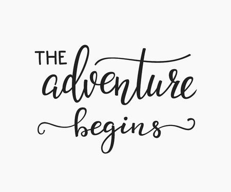 aventura: La aventura comienza inspiración estilo de vida cita a las letras. tipografía cita de motivación. Caligrafía diseño gráfico elemento de señal. Vector mano de estilo escrita elemento de carta de diseño de la cita. Vida familiar Vectores