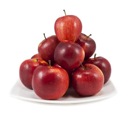 manzana roja: Manzanas rojas en un plato blanco aislado en fondo blanco