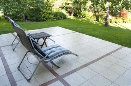 Plek om te ontspannen op het terras in de tuin als achtergrond