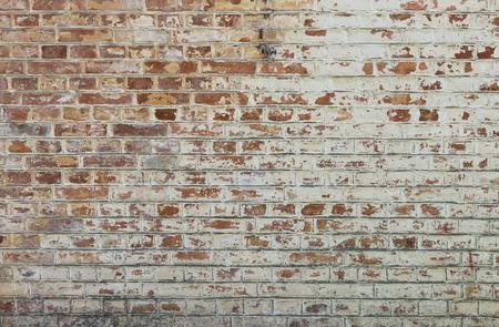 pared rota: Fondo de la pared de ladrillo sucio viejo de la vendimia con peeling de yeso, textura